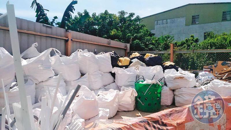 台北市士林區社子島A地主的土地,遭環保蟑螂棄置大量廢棄物。(讀者提供)