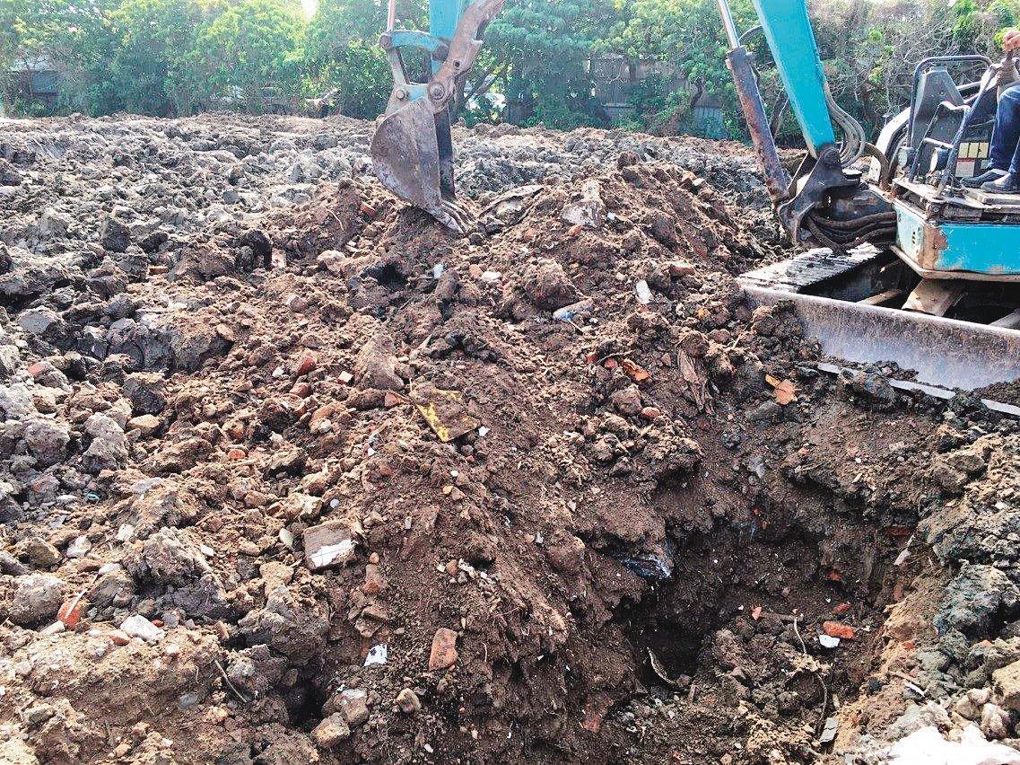 北市北投關渡平原人煙稀少,常被環保蟑螂掩埋大量廢棄物。(環保局提供)