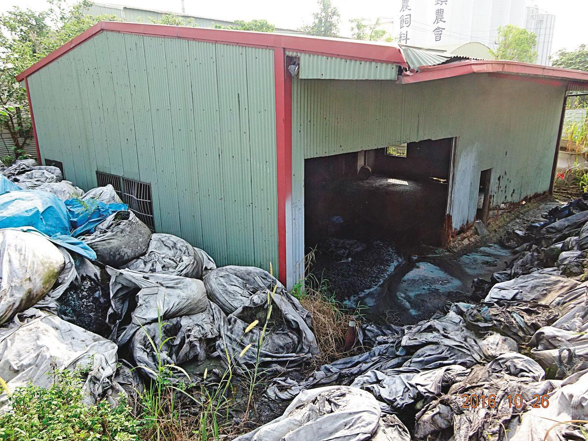 雲林縣一處廠房遭棄置大量汙染廢棄物,承租業者被移送法辦。(環保局提供)