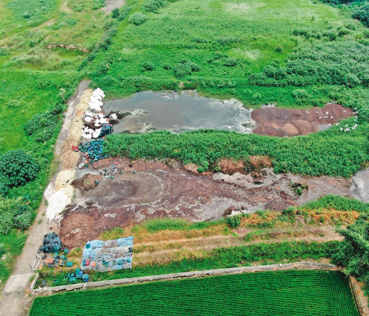 多處農地遭環保蟑螂棄置大量食品加工汙染物,嚴重衝擊環境。(環保局提供)