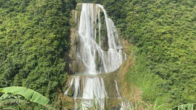 遊客挑戰貴州網紅景點「滴水灘瀑布」垂降慘死。(翻攝自微博)