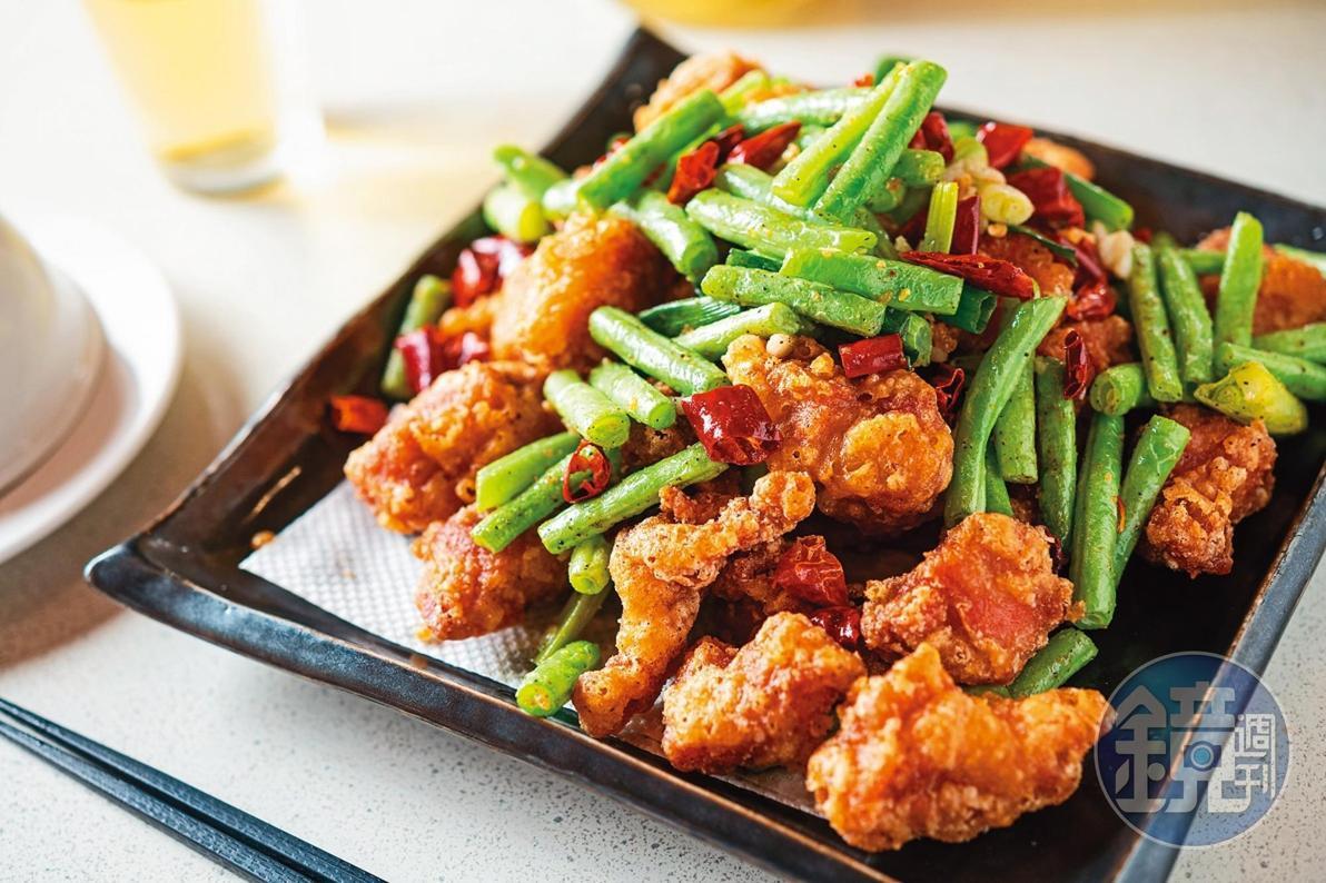 香酥好吃的「四季酥排骨」,是店內的招牌菜。(320元/大份)
