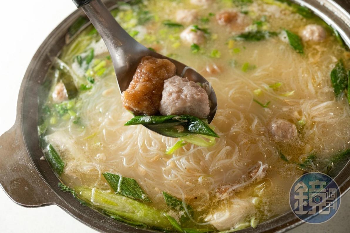 大份量的「芋頭旗魚米粉」,湯頭愈煮愈香濃,適合多人共享。(4,000元套餐菜色,需預約)