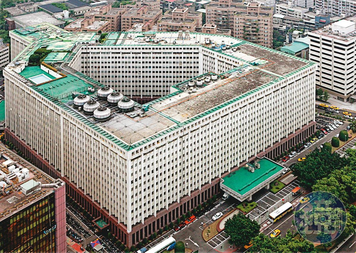 台塑大樓外觀神似美國5角大廈,是由王永慶生前一手打造的台塑集團起家厝。