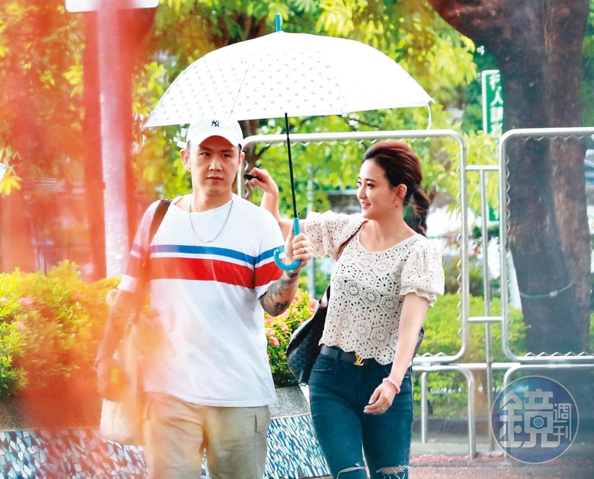 8/22 16:01,大隸從何妤玟與她前夫邵天成家離開,男的貼心幫女的撐傘。