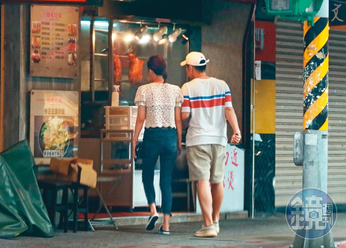 8/22 16:51,他們倆手臂緊貼著手臂,相偕走向便當店買餐。