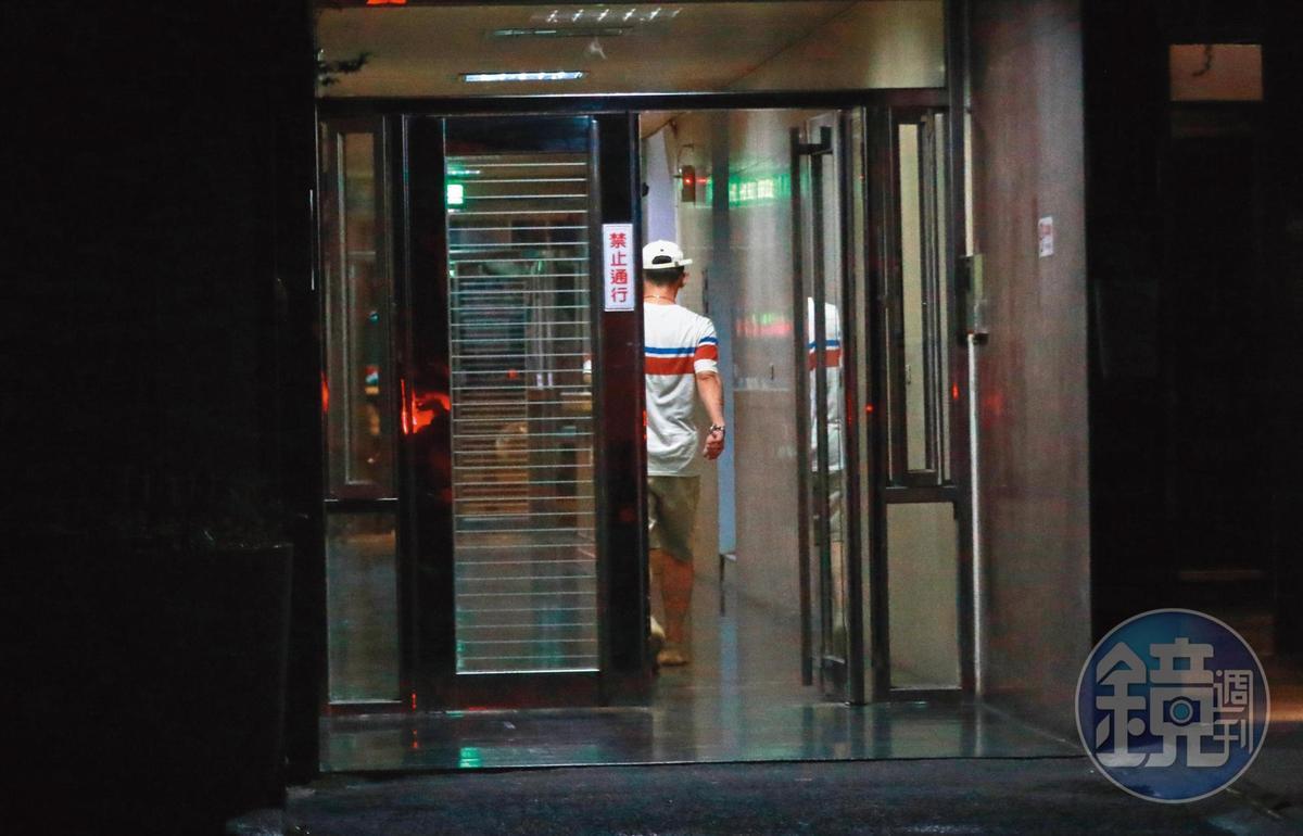 8/23 00:52,大隸走回家,在家與何妤玟約會,他較無家累,約起會來也比較輕鬆愉快。
