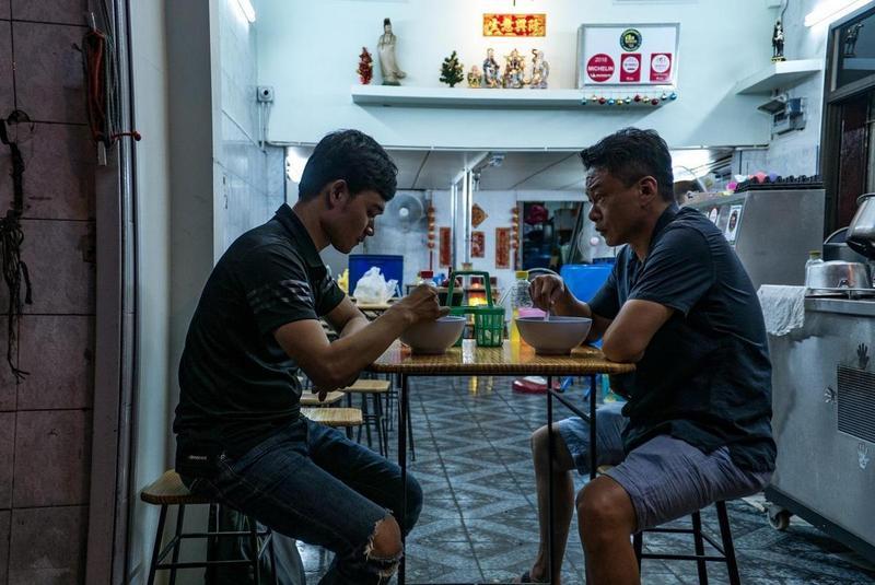 電影《日子》由李康生(右)與寮國演員亞儂弘尚希(左)演出,有李康生病到最痛苦的紀錄。(台北電影節提供)