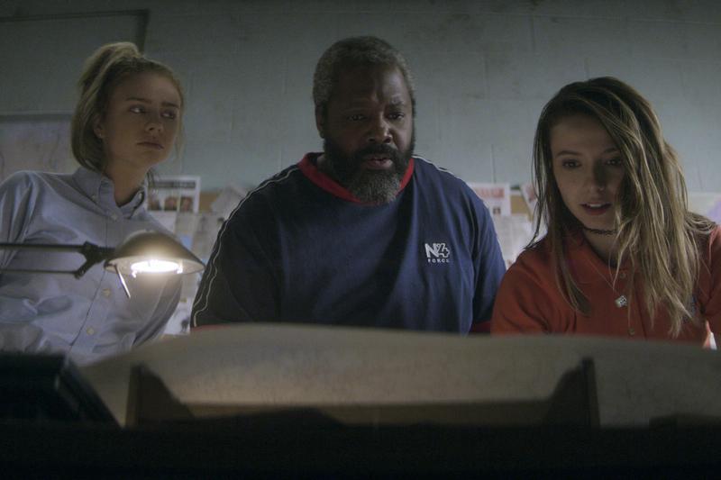 鮑瑟(中)的業績不佳,必須跟姊妹花的鬼腦筋一起合作,找出逃犯。(Netflix提供)