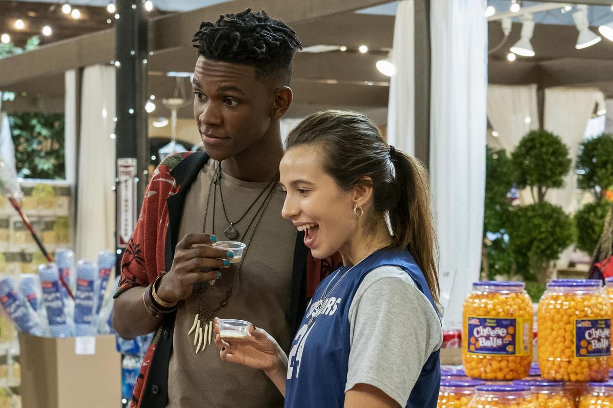 布萊兒(右)跟邁爾斯展開交往,但過程中也發現了自己對於愛情的真正想法。(Netflix提供)