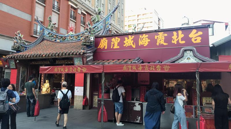 香火鼎盛的台北霞海城隍廟破解迷思,就指出「平安茶可以吹、雨傘可以帶」,圖為示意圖。(讀者@jcjessiechiu Instagram提供)