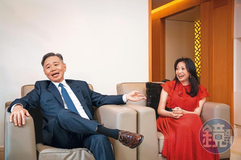 王文祥(左)與王范文華(又)鶼鰈情深,專訪過程互動甜蜜。