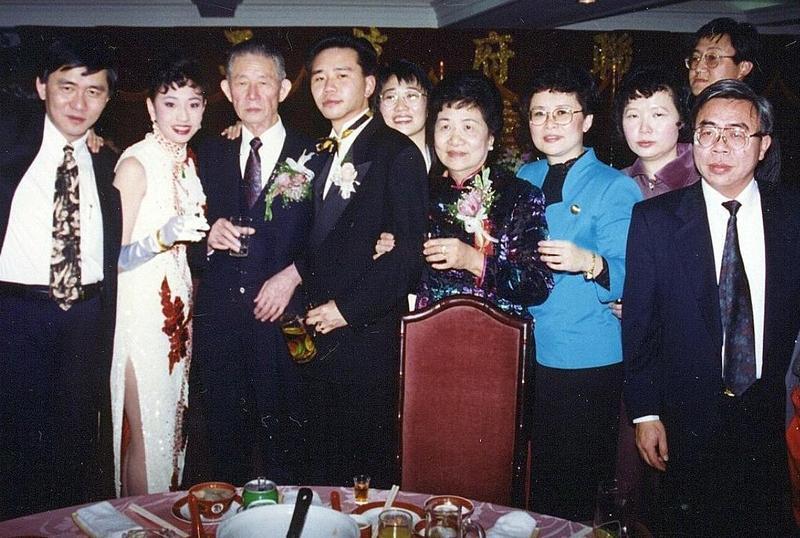 王永慶(左三)攜子赴美打拚,王文祥感謝父親當時訓練栽培他。(王文祥提供)