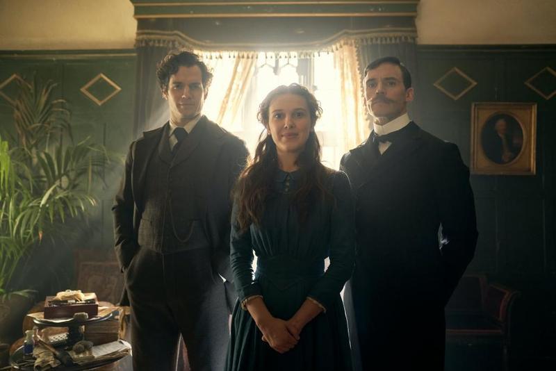 福爾摩斯兄妹檔外表跟智商成正比,亨利卡維爾(左起)飾演夏洛克、米莉芭比布朗飾演艾諾拉、山姆克拉弗林飾演邁克羅夫特。(Netflix提供)