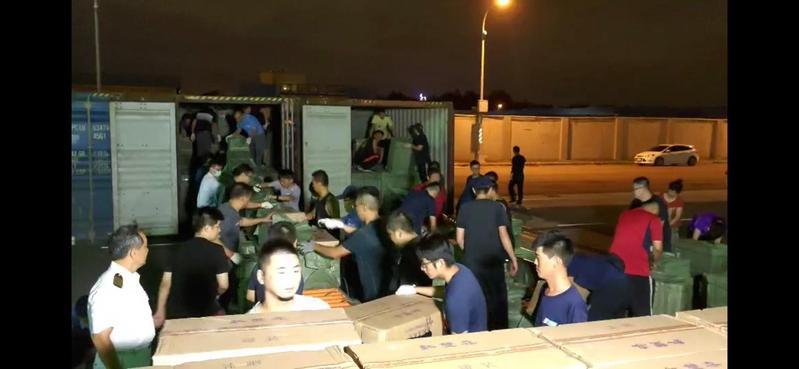 海巡署在台中港對一艘外籍貨輪進行安檢,查獲史上最大量走私香菸。(海巡署提供)