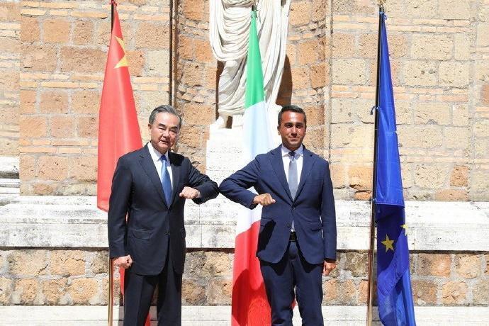 中國外交部長王毅出訪歐洲,拜會義大利外交部長迪馬尤。(翻攝自中國外交小靈通微博)