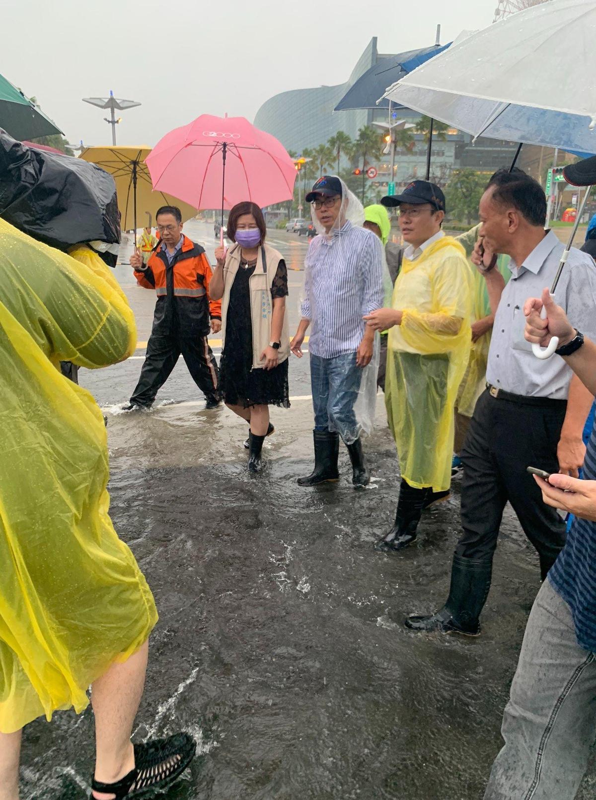 陳其邁今日一整天都在各地視察大雨所造成的淹水情況。(翻攝自臉書陳其邁)