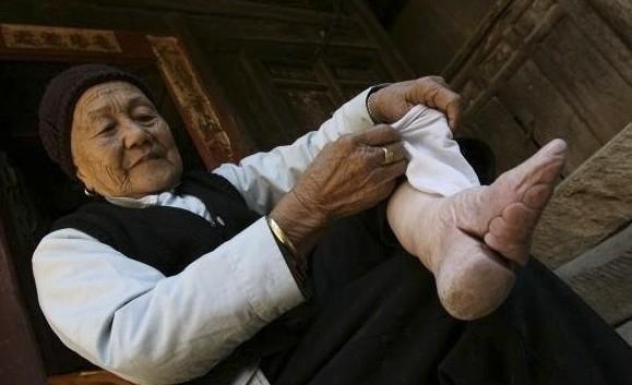 纏足初期女子把洗好的腳裹得「纖直」但不弓彎,但到清朝出現「三寸金蓮」的說法。(翻攝自中青在線)