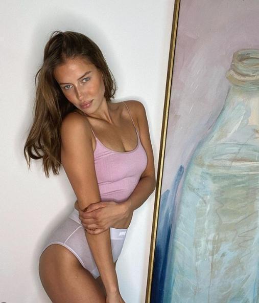 小布的新歡妮可波塔爾斯基同樣有著性感厚唇,外媒更以「長得神似裘莉」來形容她。(翻攝自nico.potur IG)