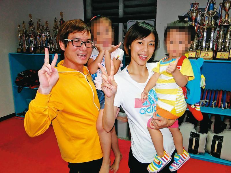 陳詩欣(右2)與前夫董俊男(左),2人打離婚官司,陳詩欣最後付270萬元給前夫,大女兒跟著前夫,小兒子跟著她。(聯合知識庫)