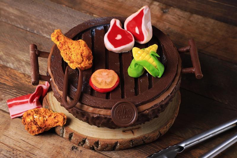 「BBQ造型蛋糕」以翻糖製作的縮小版烤肉食材,萌萌的,令人會心一笑。(980元/6吋、1,280元/8吋,9月1日開始預訂)(圖片提供/台南晶英酒店)