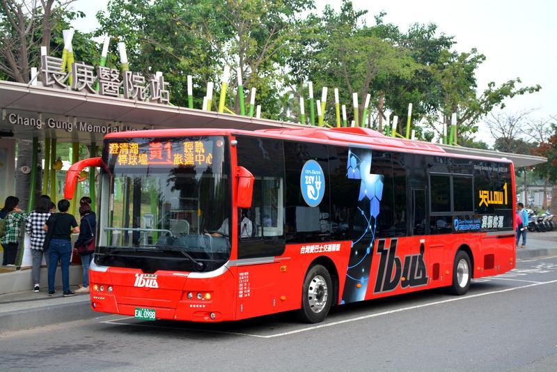 高雄市交通局表示,高雄有「iBus」APP可以查詢到站時間,許多站位也設有LED資訊跑馬燈,讓搭公車變得非常方便。(圖翻攝自高雄市交通局)