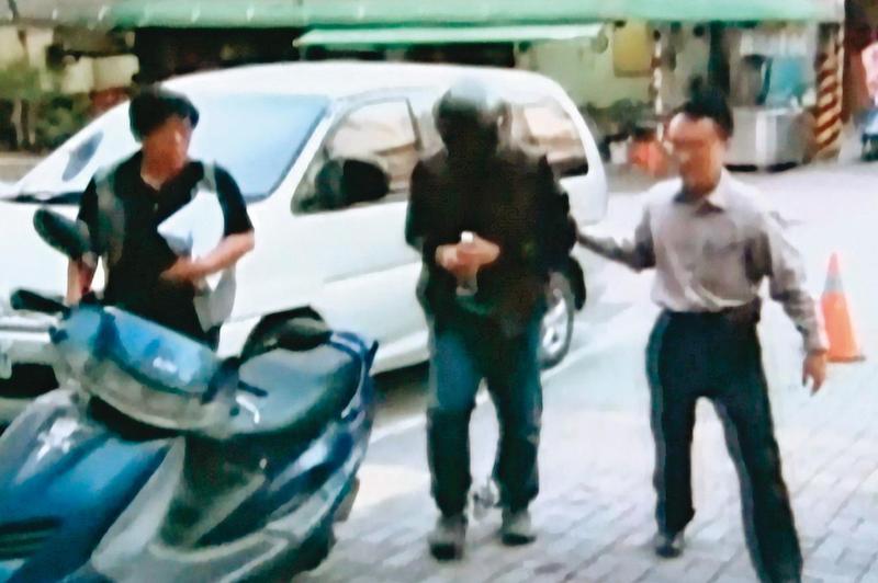 警方根據監視器影像掌握凶手逃逸路線,順利逮捕徐方偉(中)。(東森新聞提供)