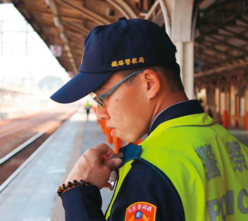鐵路警察李承翰(圖)遇刺身亡後,警政署決定採購電擊槍配發員警使用。(警方提供)