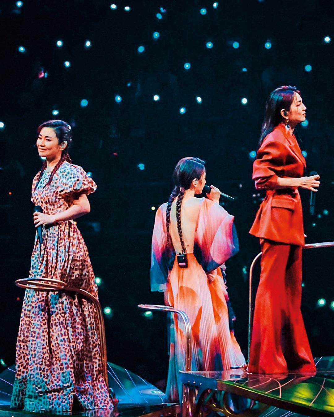 S.H.E在金曲30合體演出,Selina(左)獨唱〈十七〉第一句就走音,Hebe田馥甄(中)和Ella陳嘉樺(右)立刻神救援接唱,3人默契絕佳。(翻攝自Selina IG)