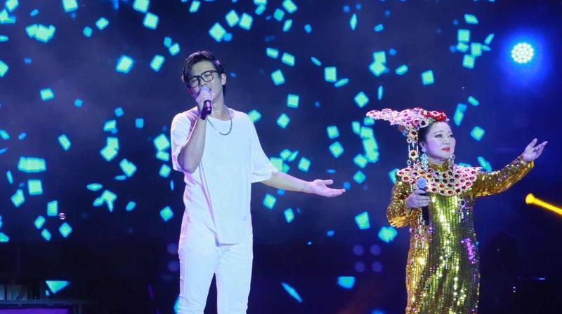 白冰冰(右)帶著新人陳思瑋一起出席花蓮夏戀嘉年華。(陳孝志提供)
