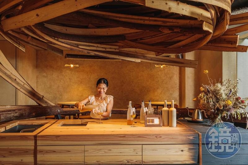 EMBERS以「獵寮」為意象打造曲木吧台。