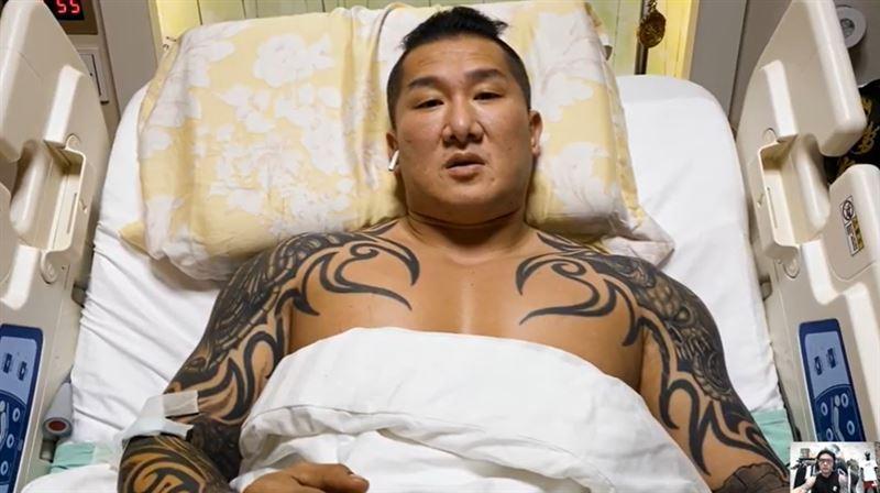 身負重傷的館長目前在醫院治療。(翻攝畫面)