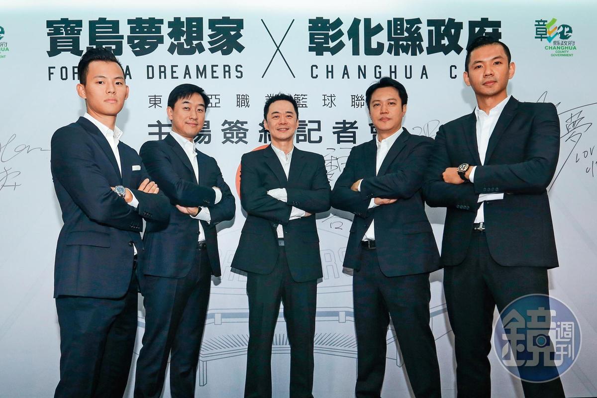 陳建州(右1)曾和張承中(右3)合組寶島夢想家籃球隊,但因擔任新職籃聯盟執行長而退出。