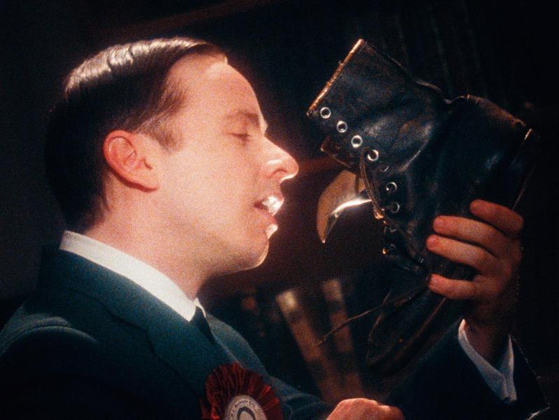 被譽為加拿大最偉大總理的政治家,在導演鏡頭下被肆意嘲諷,本片有復古懷舊的形式,卻具備實驗電影的狂野風貌。(天馬行空提供)