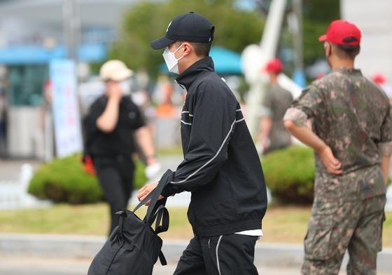 朴寶劍今身穿黑色運動裝低調入伍,戴著鴨舌帽沒讓平頭造型曝光。(翻攝自news1)