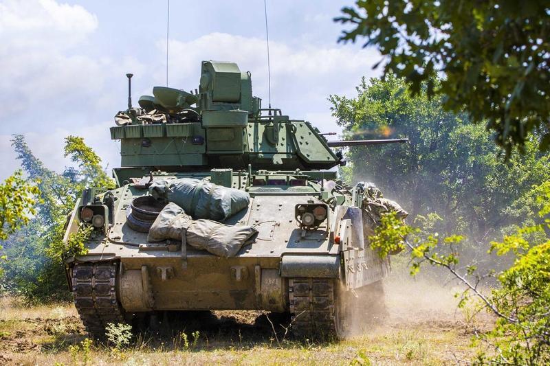 南韓一輛民眾駕駛的休旅車撞上美軍裝甲車,車上4人慘死,而車身也面目全非。(Pixabay/Military_Material)