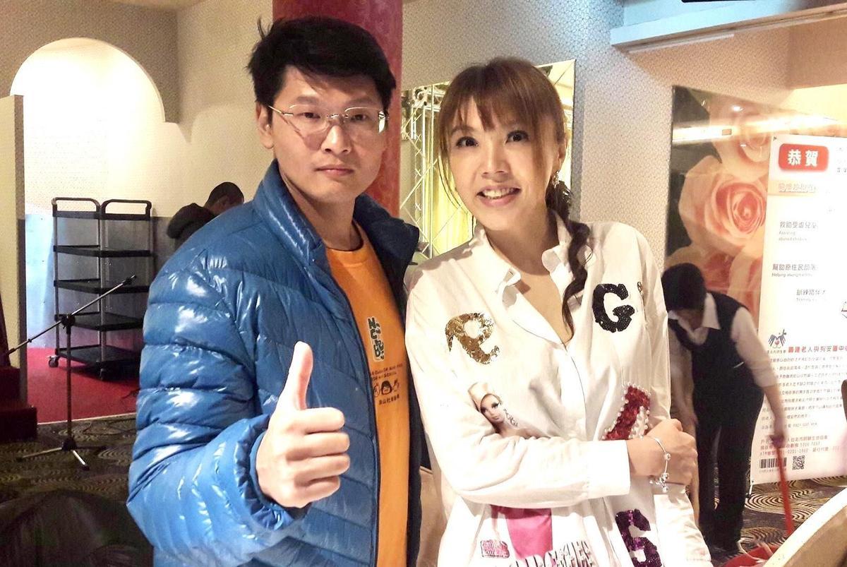 劉樂妍(右)大罵關驊(左)是「欠薪王八」。(翻攝自關驊臉書)