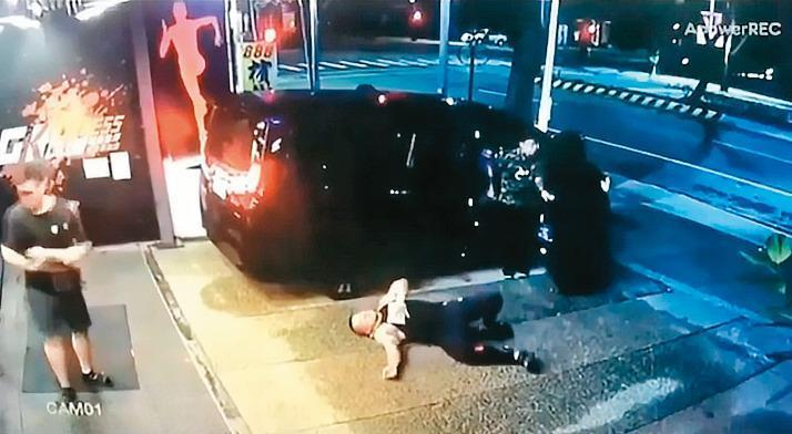 中彈受傷的館長倒臥在血泊中哀嚎。(翻攝畫面)