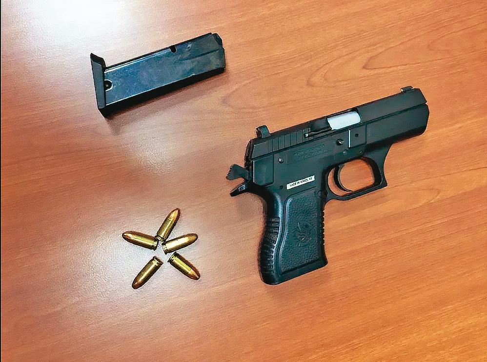 槍擊館長的「小沙漠之鷹」是以色列製手槍,歹徒用的應是改造品。(翻攝畫面)