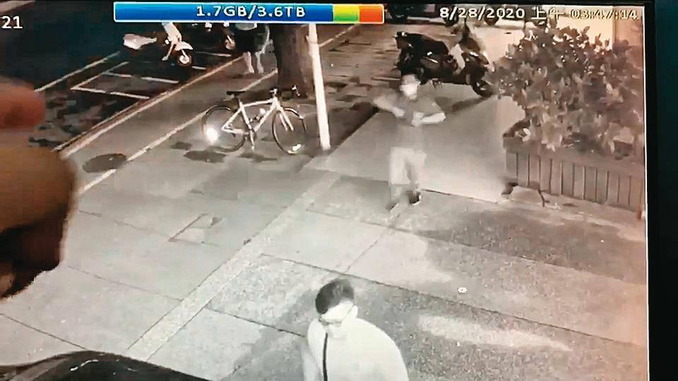 8月28日凌晨2點多,劉丞浩從胸前包包中取出槍枝。(翻攝畫面)