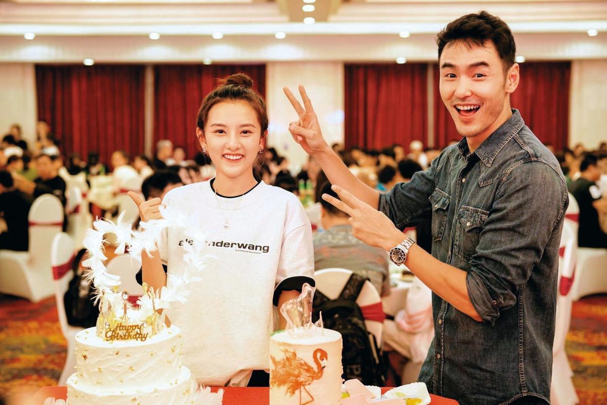 去年8月,阮經天(右)和宋祖兒(左)因合作電視劇《舌尖上的心跳》認識,後來在大街上被拍到甜蜜約會照而傳出緋聞。(翻攝自《舌尖上的心跳》微博)