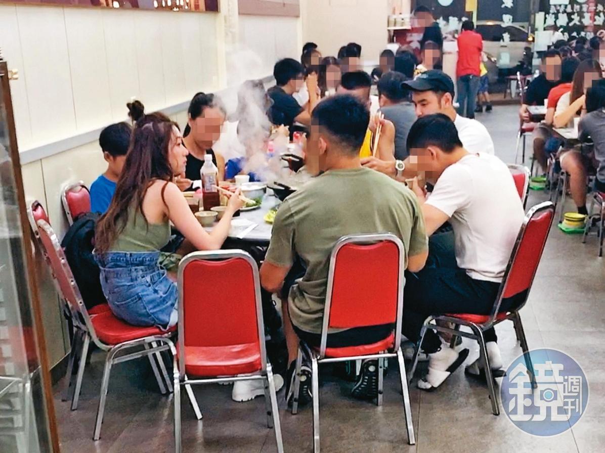 8/25 20:40 七夕情人節當天,阮經天和張景嵐一同現身在火鍋店聚餐。