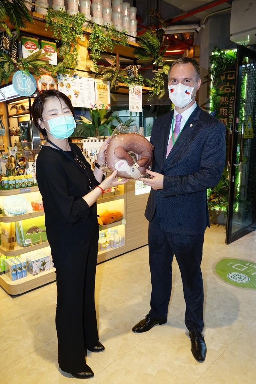 賀吉普昨馬不停蹄赴台北市立動物園參觀,與副市長黃珊珊合影。(翻攝自柯文哲臉書)
