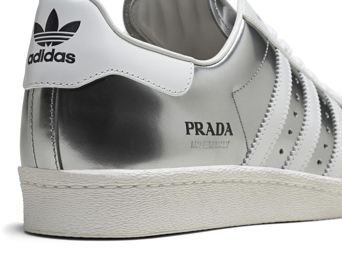 鞋款側面熱印「Made in Italy」字樣以突顯產地。(PRADA提供)