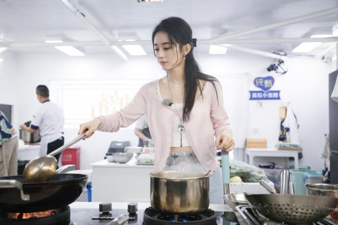 陸綜《中餐廳》第4季「黑化」趙麗穎挨轟。(翻攝自微博)