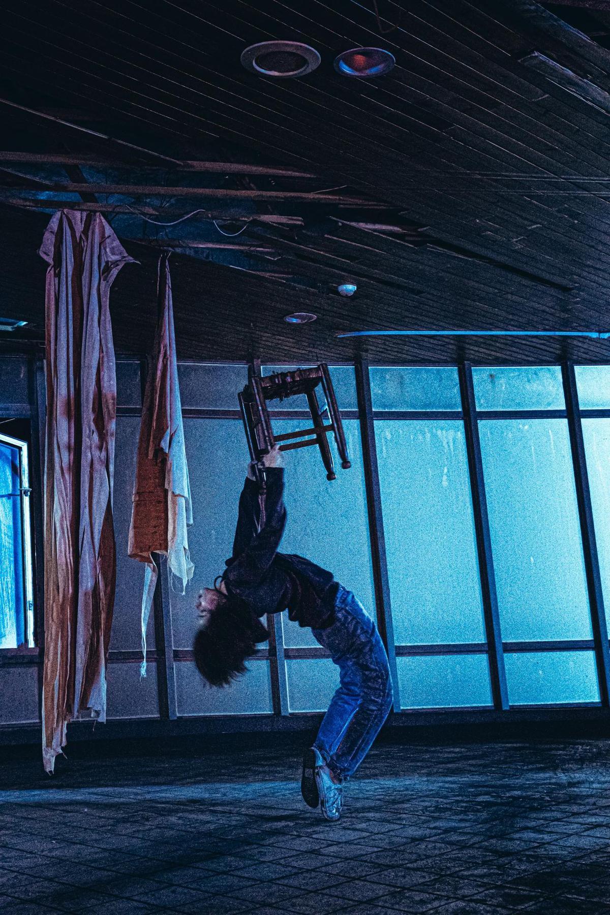 許安植演出的「椅仔姑」通靈問世畫面,被突如其來吊鋼絲的拖行嚇到尖叫,逼真指數破表。(華影國際提供)