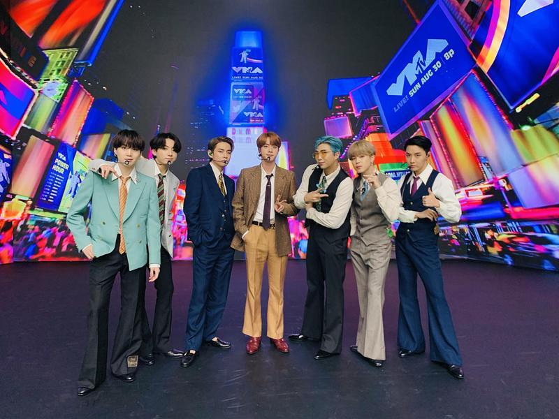 「防彈少年團」新單曲《Dynamite》獲得美國告示牌排行榜「HOT 100」冠軍,是韓國第一人。(翻攝自BTS_Official Twitter)