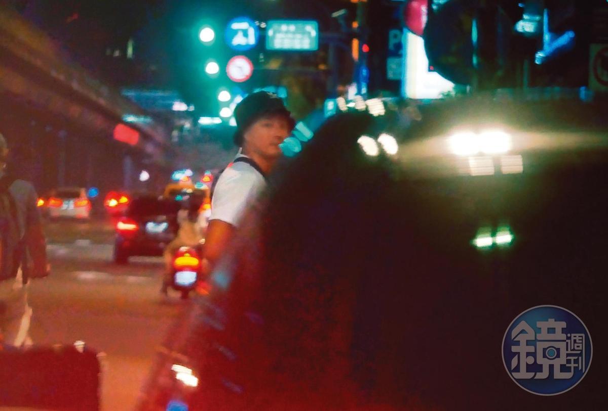 20:00拿下口罩之後,孫其君回到車上,準備載郭雪芙回家。