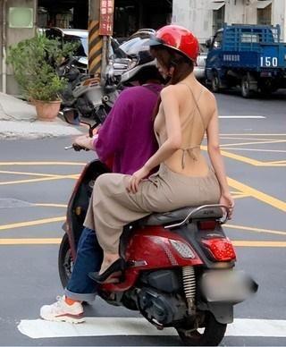 最近就有網友騎車時後撞見夏天優質好風景。(翻攝自臉書)