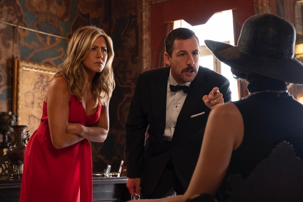 《奪命鴛殃》以喜劇片形式,刻意模仿《東方快車謀殺案》的豪華度假與謀殺案混合體。(Netflix提供)